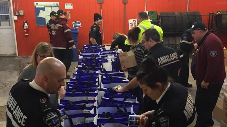 Les employés d'Ambulances Abitémis Dessercom au moment de remplir les paniers de Noël destinés aux 50 familles.