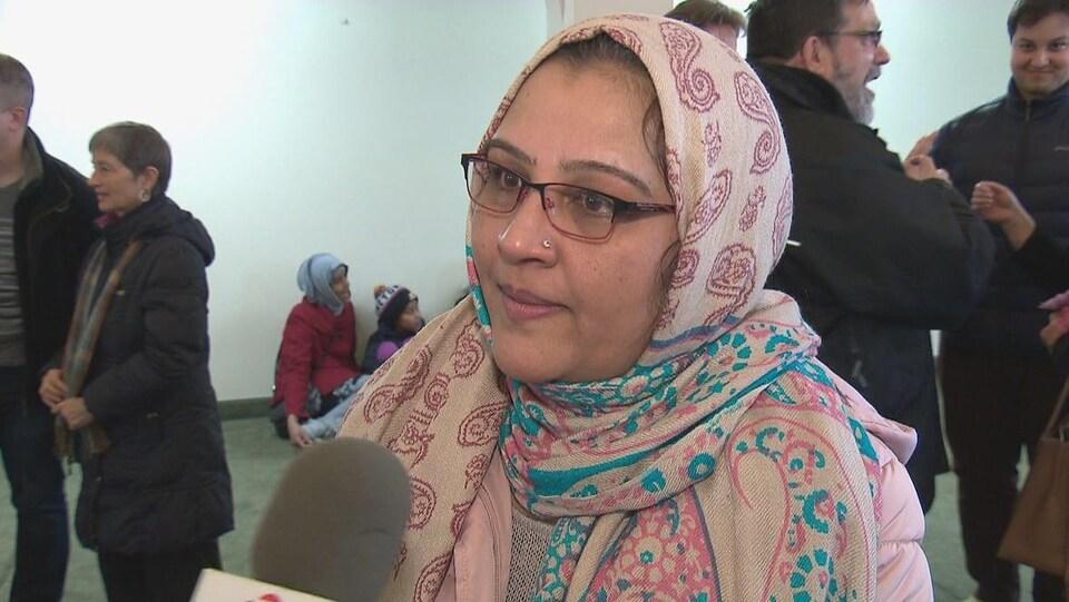 Saeeda Khan en entrevue.