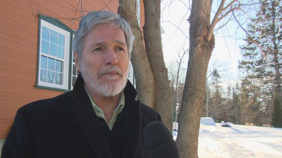 Le conseiller municipal de Saguenay Jean-Marc Crevier accorde une entrevue à une équipe de Radio-Canada.