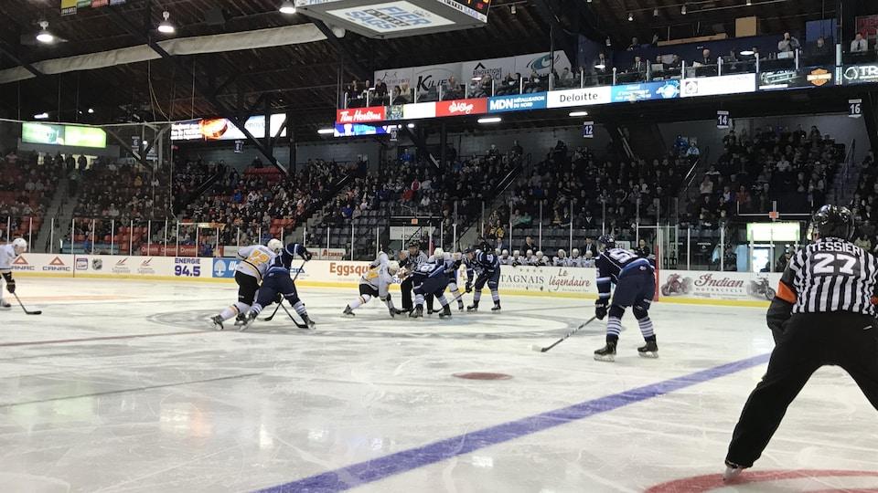 Des joueurs de hockey au cercle des mises en jeu.