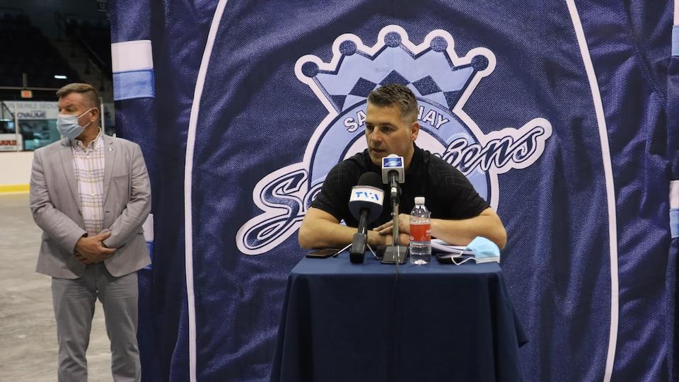 Yanick Jean parle au micro.