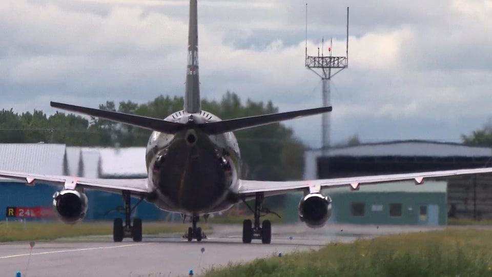 Une vue arrière d'un Boeing 737-200 à l'Aéroport de Saint-Hubert.