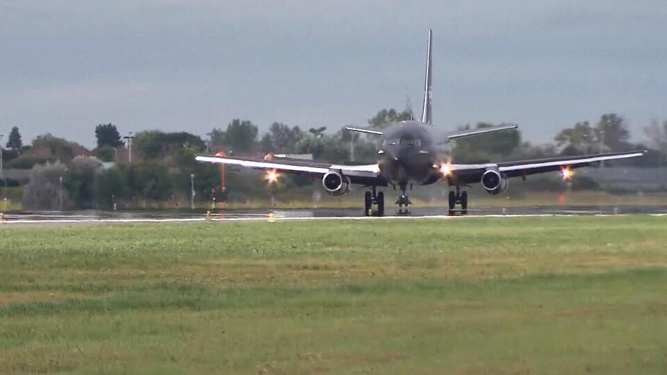 Un Boeing 737-200 atterrit à l'aéroport de Saint-Hubert.