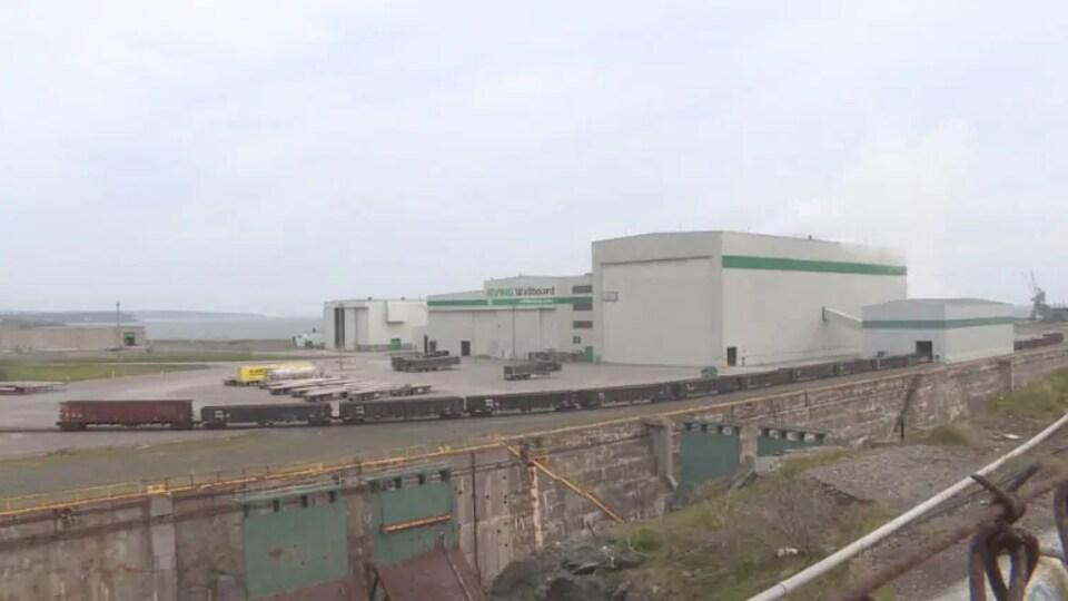 Les bâtiments de l'entreprise dans un parc industriel près du havre.