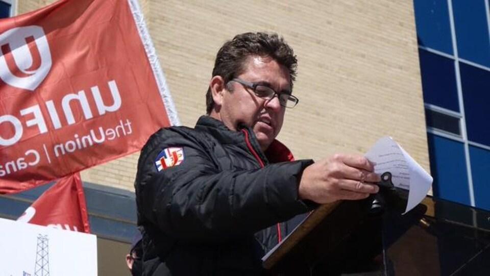Darren Mercer parle aux manifestants.