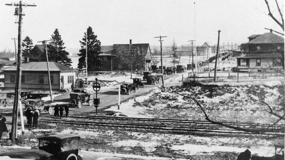 Les voitures circulent à gauche à Saint-Léonard au Nouveau-Brunswick en 1920.