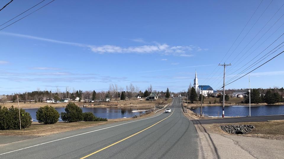 Une photo de la communauté de Saint-Simon sous un ciel bleu.