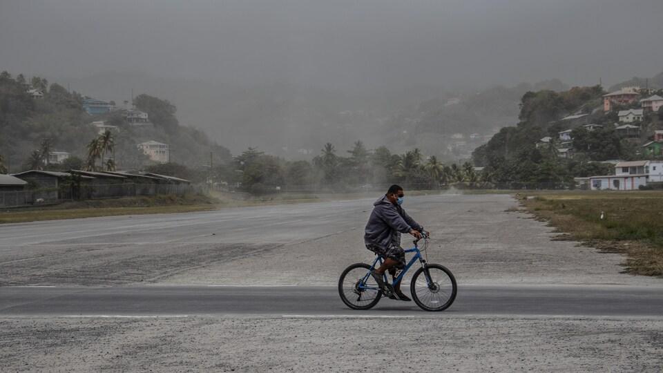 Un homme circule à vélo à Kingstown.