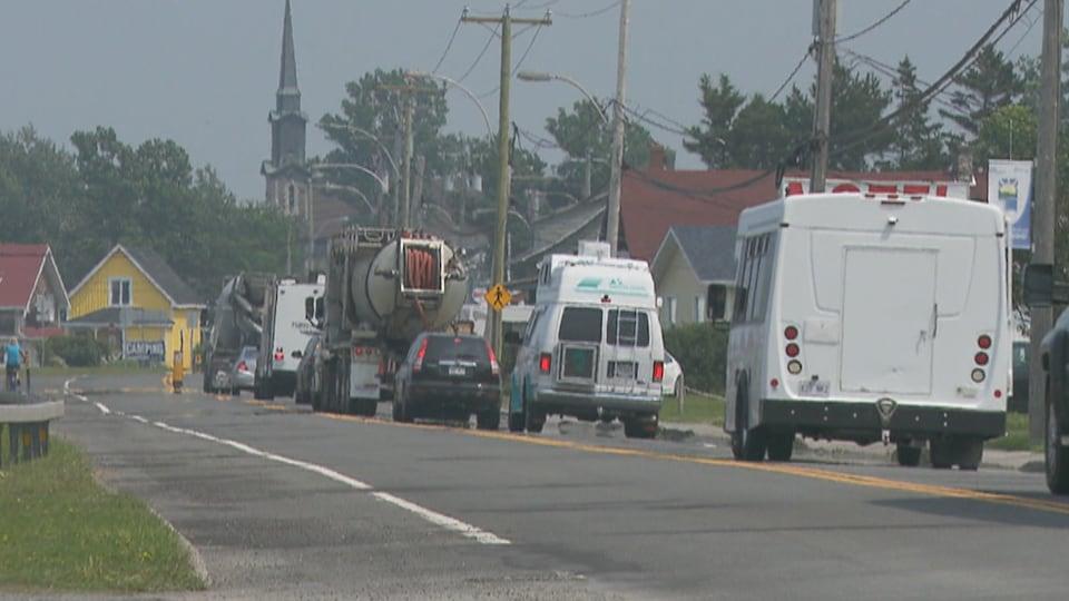 Beaucoup de véhicules circulent très lentement dans le village.