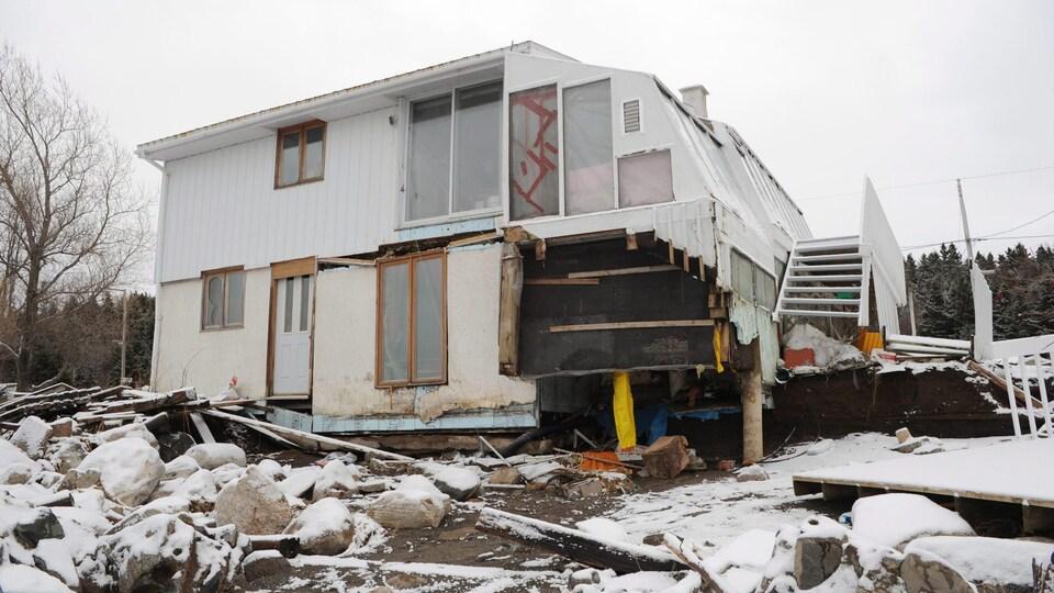 Une maison avec de lourds dommages.