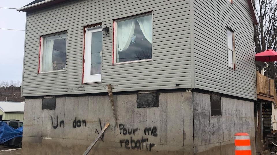 Un graffiti sur une maison sinistrée.