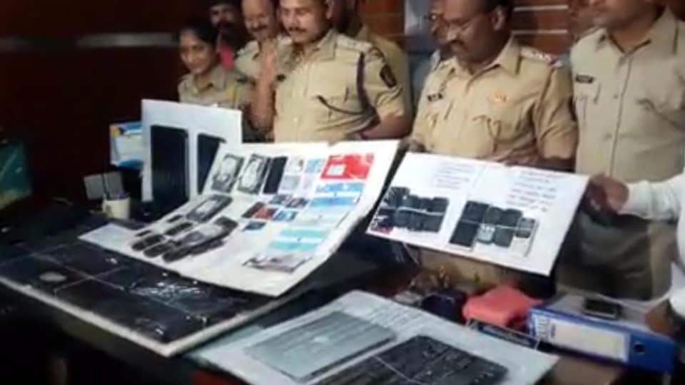 Des policiers exhibent des objets saisis.