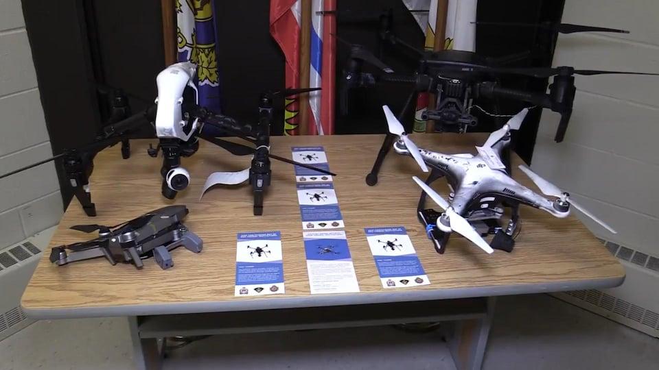 Quatre drones de différent formats sur une table.
