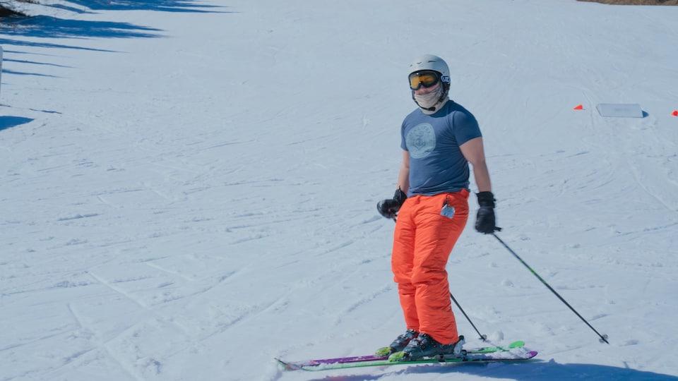 Un homme sur des skis