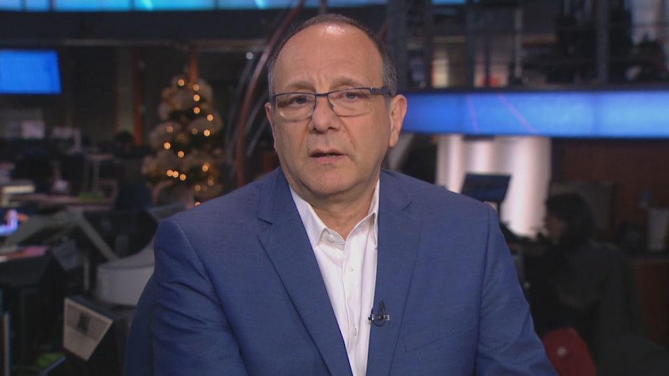 Un homme portant une chemise blanche et un veston bleu