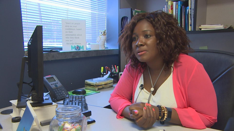 Une femme assise à son bureau.
