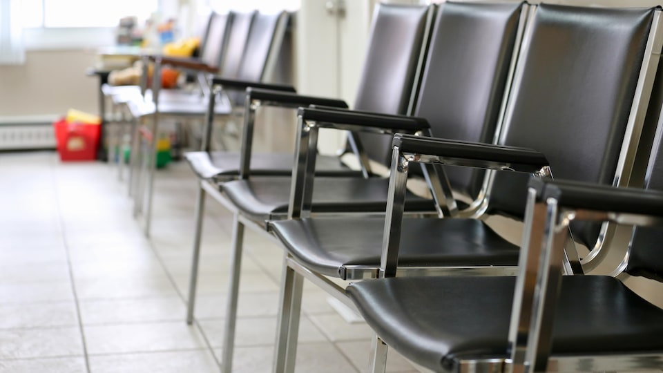 Des chaises vides dans une salle d'attente
