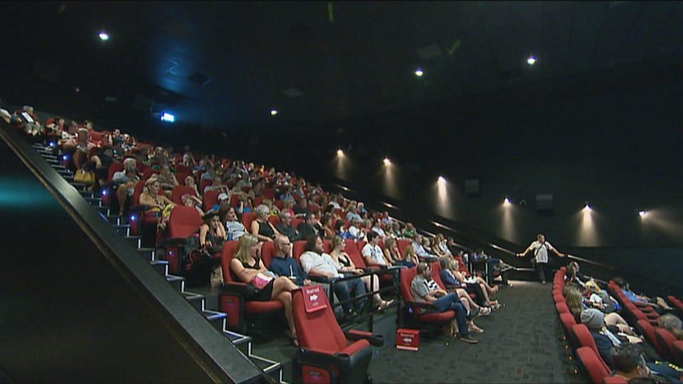 Une salle de cinéma bondée à Dieppe, au Nouveau-Brunswick.