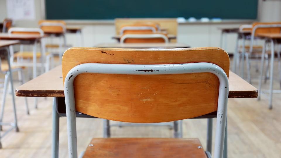 Une salle de classe vide, vue à partir d'un bureau d'élève.
