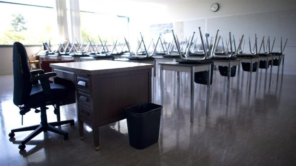 Une salle de classe vide à l'école secondaire