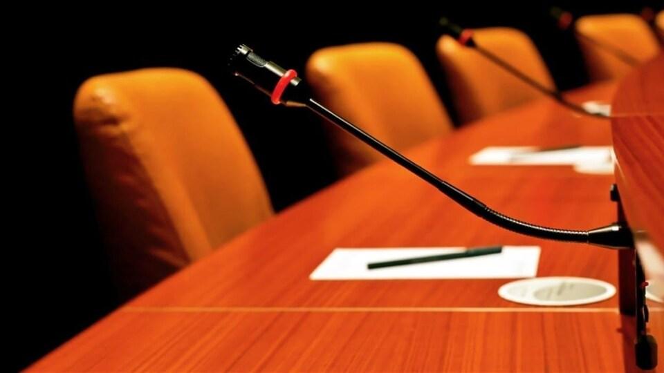 Des sièges devant une salle de conseil municipal.