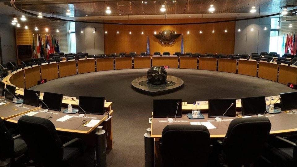 Salle du Conseil de l'OACI, qui réunit 36 pays membres.