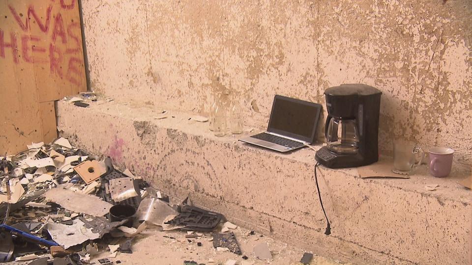 Des dizaines d'objets détruits au sol.