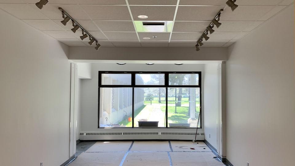 Une salle qui a une fenêtre sur l'extérieur.