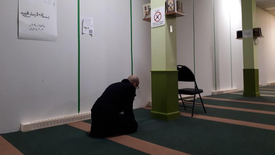 Un homme prie à la grande mosquée de Québec