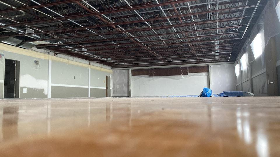 Grande salle vide en rénovation.