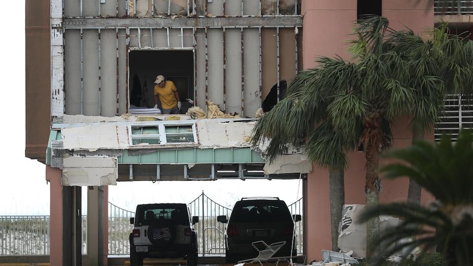 Le mur extérieur d'un immeuble a été arraché au passage de l'ouragan Sally