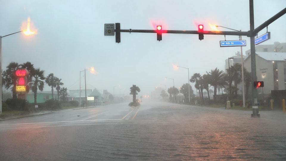 L'eau inonde une route à Gulf Shores en Alabama.