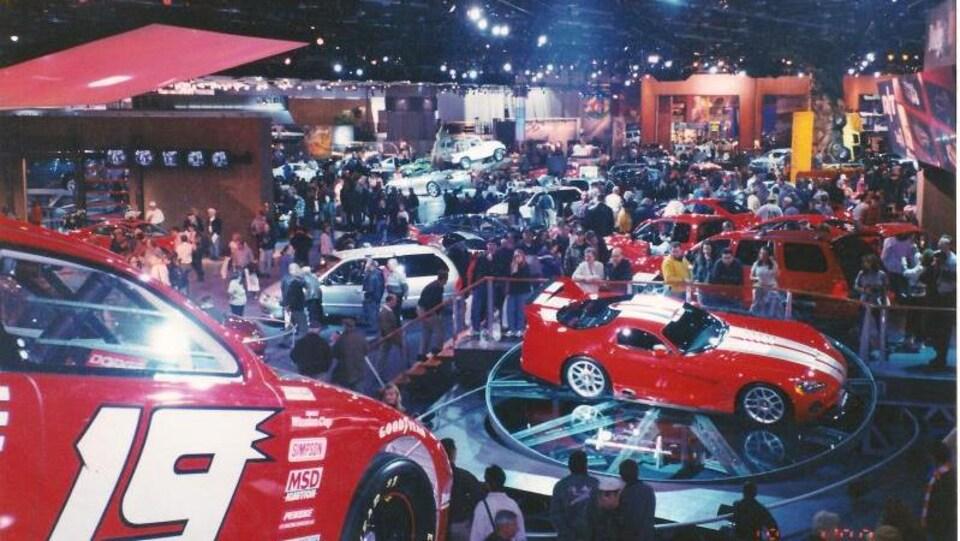 Une foule, des dizaines de voitures rouges au Salon international de l'auto de Détroit.