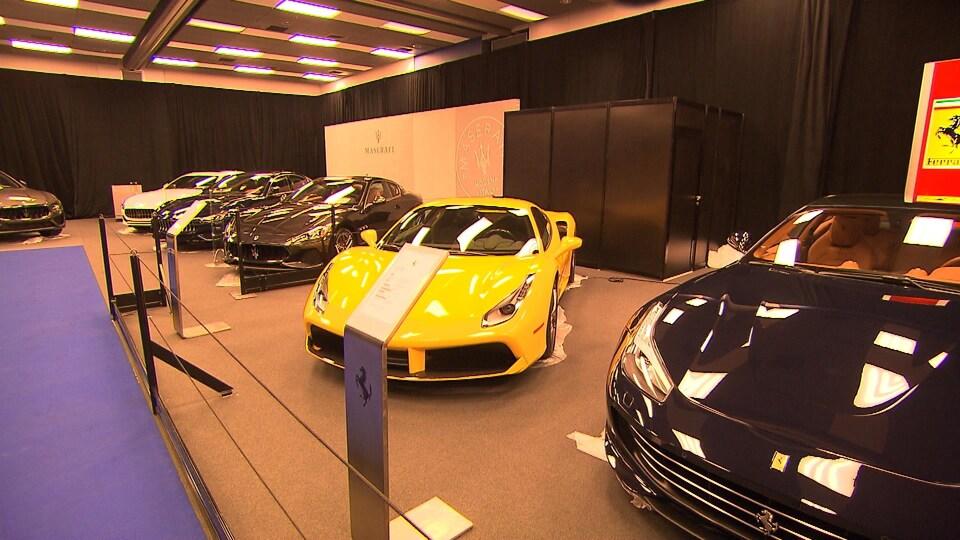 Enfilade de voitures de marque Ferrari