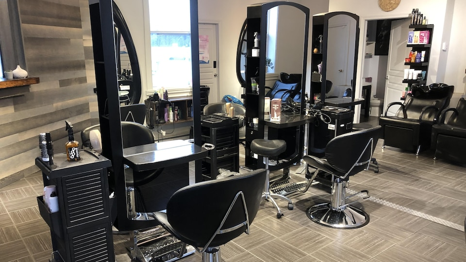 Un salon de coiffure.