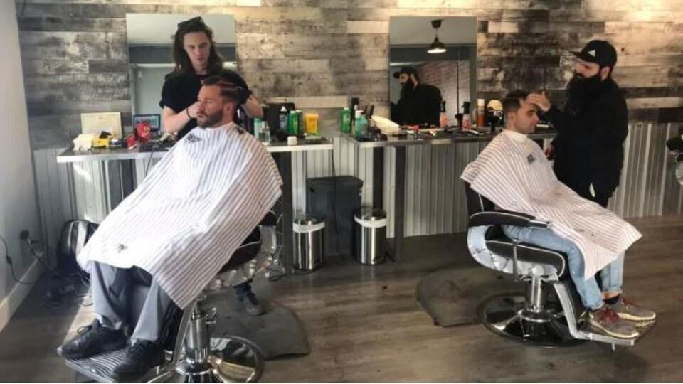 Le salon de coiffure.