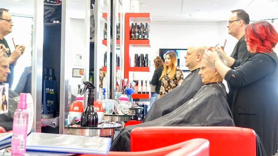 Elegant Des Clients En Train De Se Faire Couper Les Cheveux Dans Un Salon De  Coiffure De