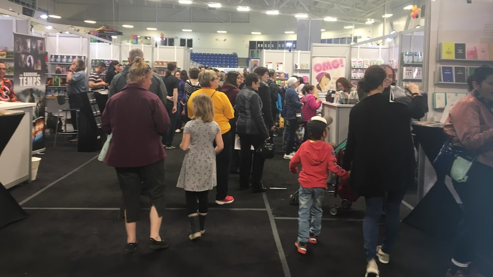 Une foule lors du 43e Salon du livre de l'Abitibi-Témiscamingue.