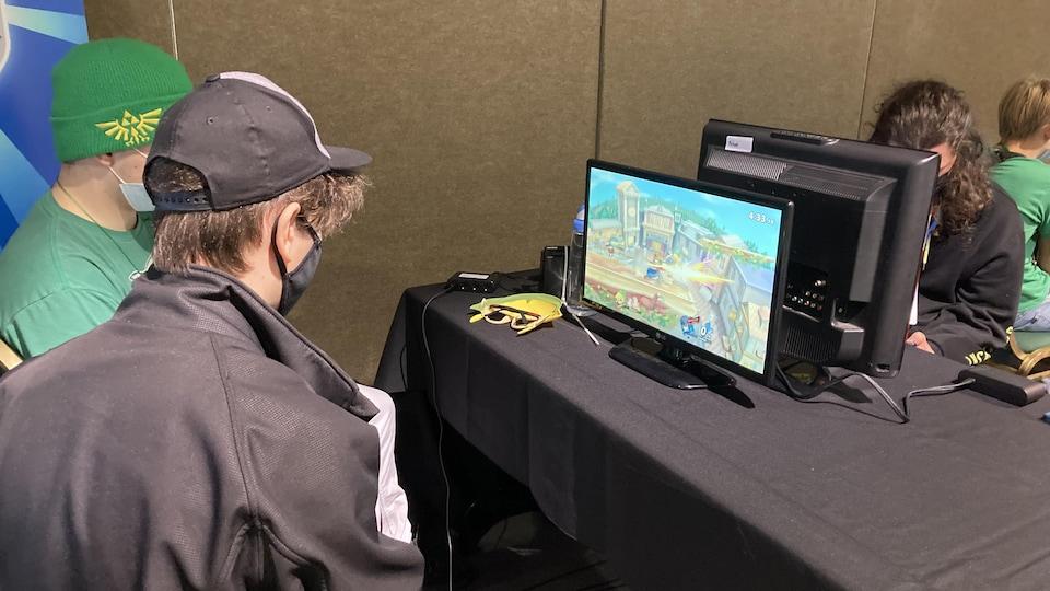Deux personnes jouent à un jeu vidéo.