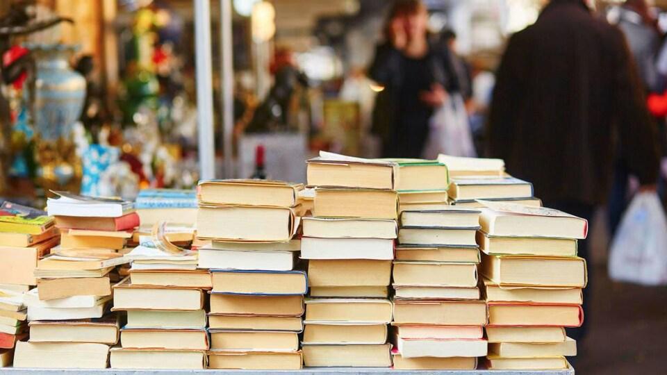 Des livres empilés sur une table.