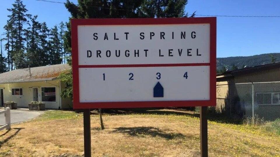 un panneau indiquant une sécheresse de niveau 3 sur l'île Saltspring