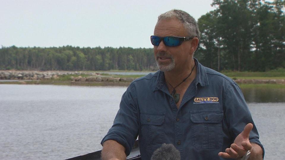 Tony Sampson interviewé sur un quai.