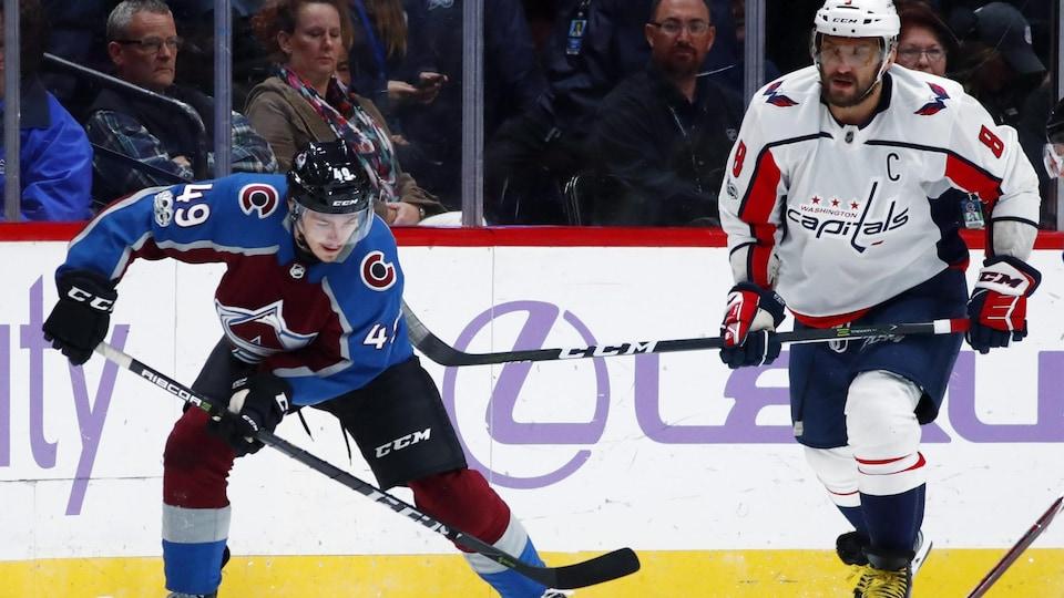 Samuel Girard sur la glace avec un jour des Capitals.