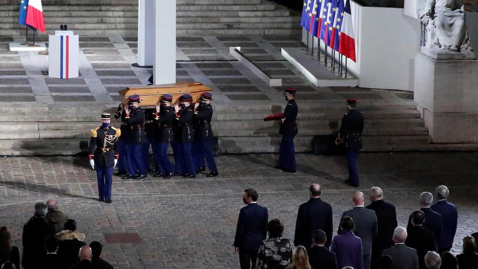 Le cercueil du professeur assassiné Samuel Paty est porté dans la cour de l'université de la Sorbonne, à Paris.