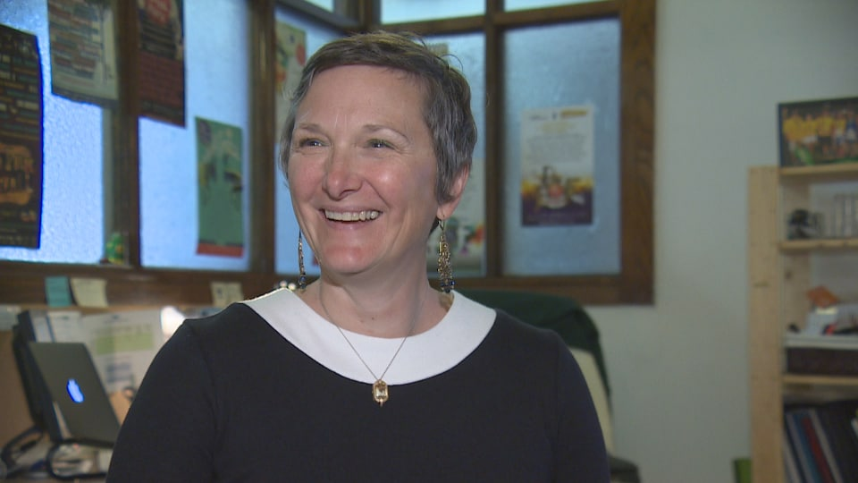 La directrice artistique du Regina Folk Festival Sandra Butel, sourit.