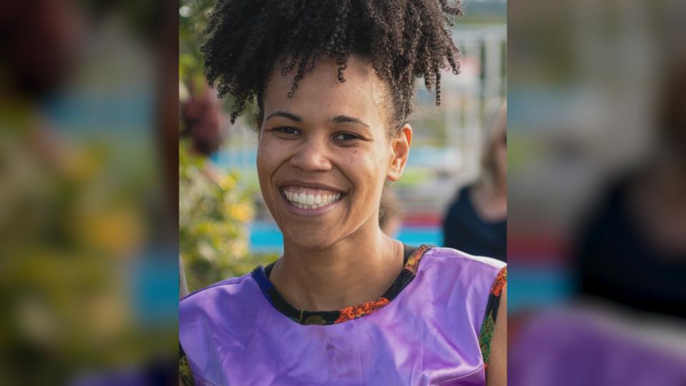 Originaire de La Martinique, Sandrine Émond est installée à Matane depuis trois ans. Portrait d'elle, souriante, en été.