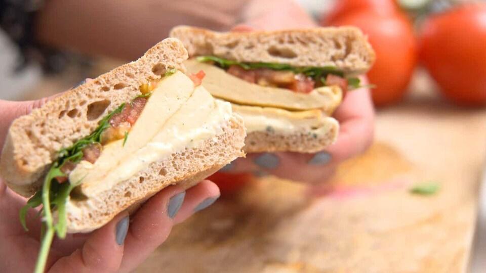 On voit un sandwich tranché, en gros plan.