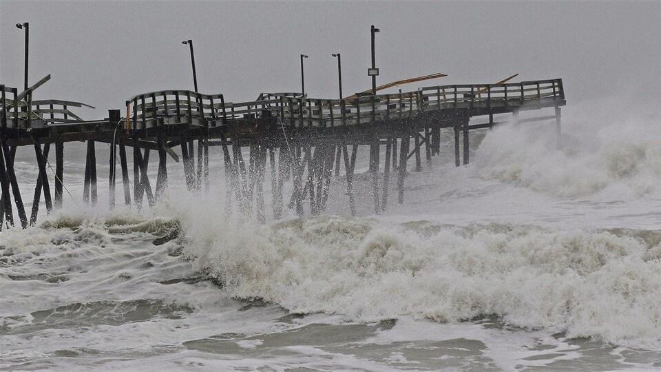 Les vagues provoquée par l'ouragan Sandy frappent contre une promenade à Kill Devil Hills, en Caroline du Nord.