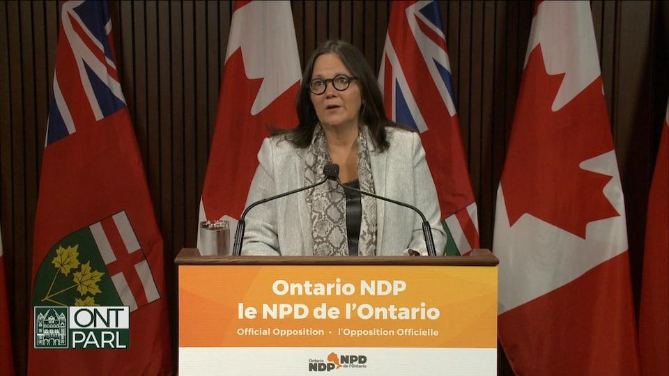 Sandy Shaw s'adresse aux médias lors d'une conférence de presse.