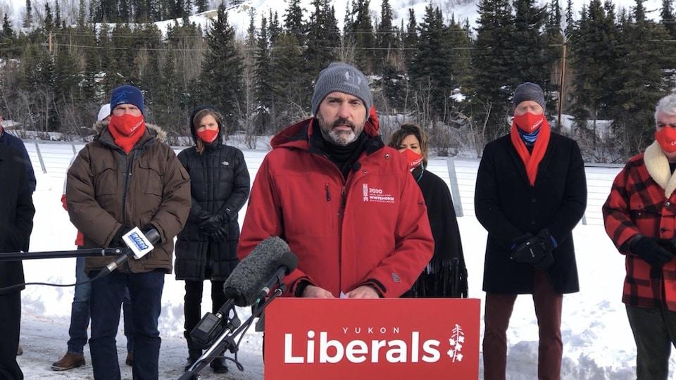 Sandy Silver parle au podium du parti Libéral du Yukon.